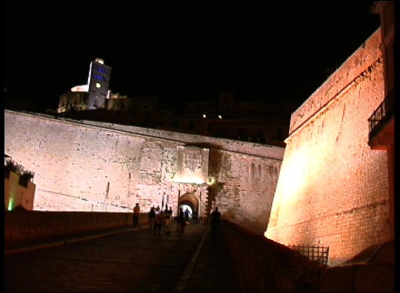 Dalt Vila de noche, portal de ses taules